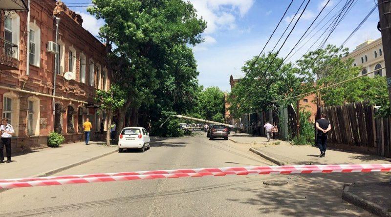 На автомобили в центре Астрахани рухнули фонарные столбы