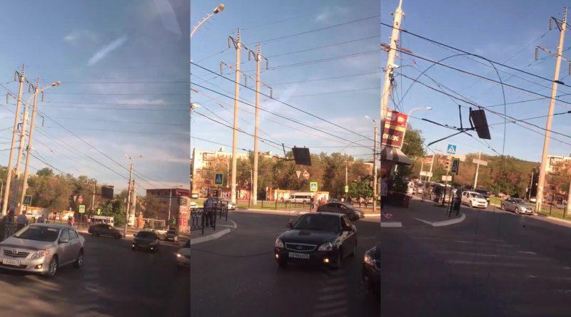 Упавшие на проезжую часть провода затруднили движение в Астрахани