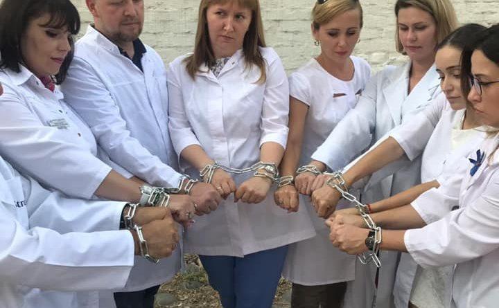 Астраханские врачи сковали себя цепью в знак поддержки своего коллеги