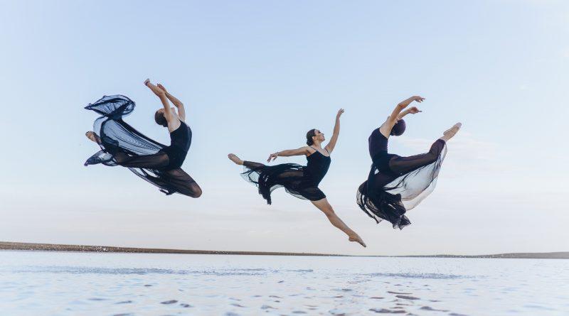 Астраханский фотограф сделал завораживающие снимки балерин на соленом озере