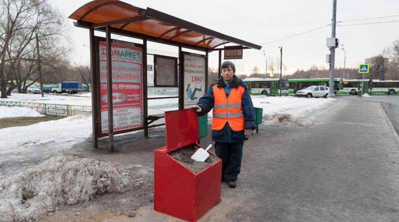 Астраханские остановки оборудуют ящиками с пескосоляной смесью