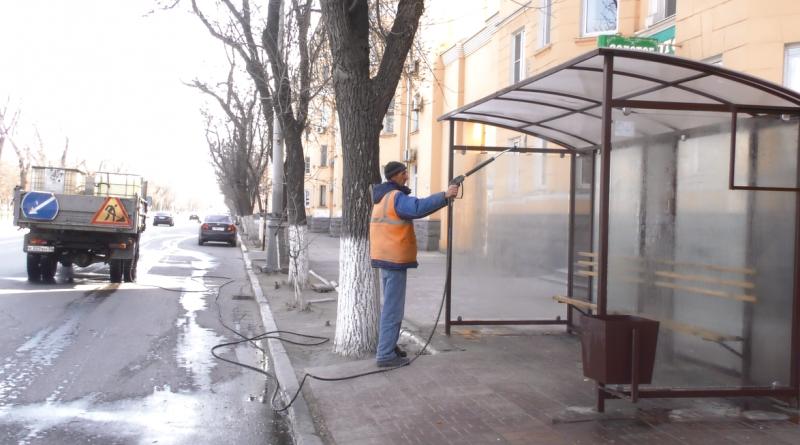 В Астрахани стали дезинфецировать остановки и леерные ограждения