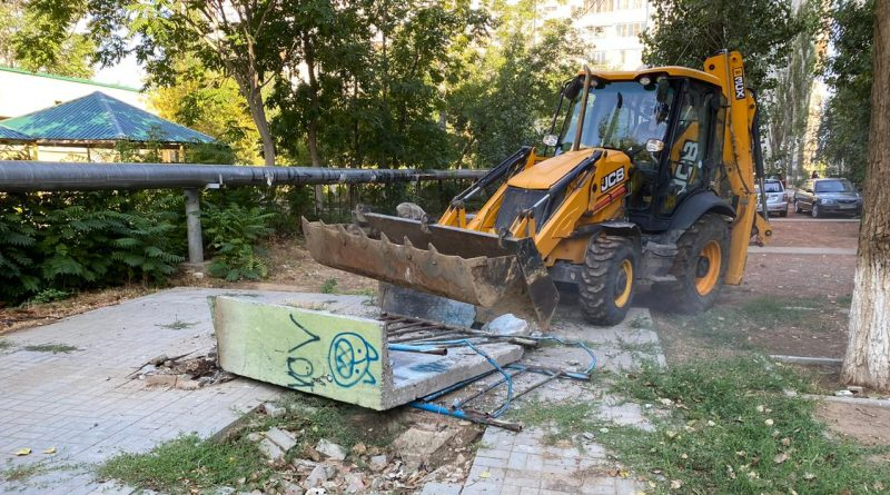 В Астрахани начали сносить старые конструкции на детских площадках