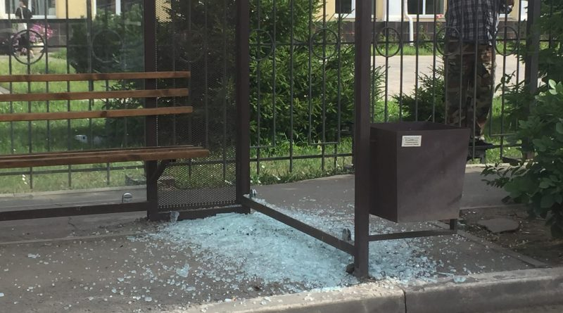 В Астрахани продолжают бить антивандальное остекление остановок