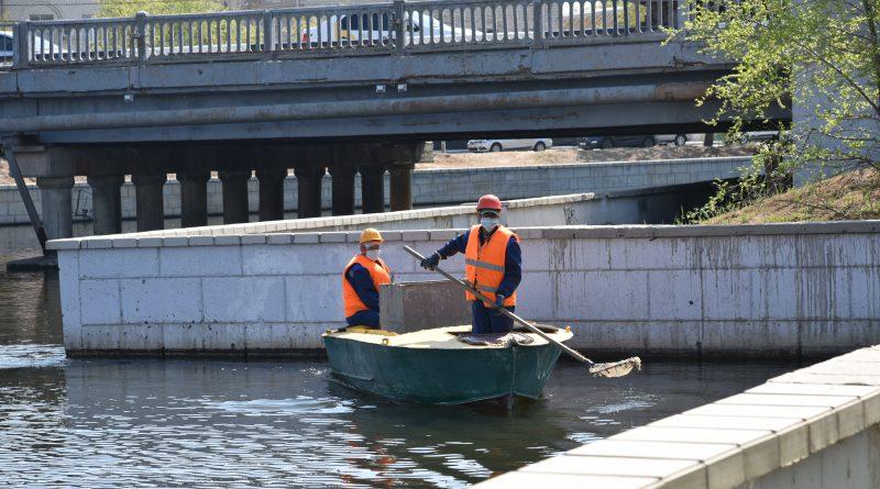 В водоемах Астрахани еженедельно собирают от 2 до 5 тонн мусора